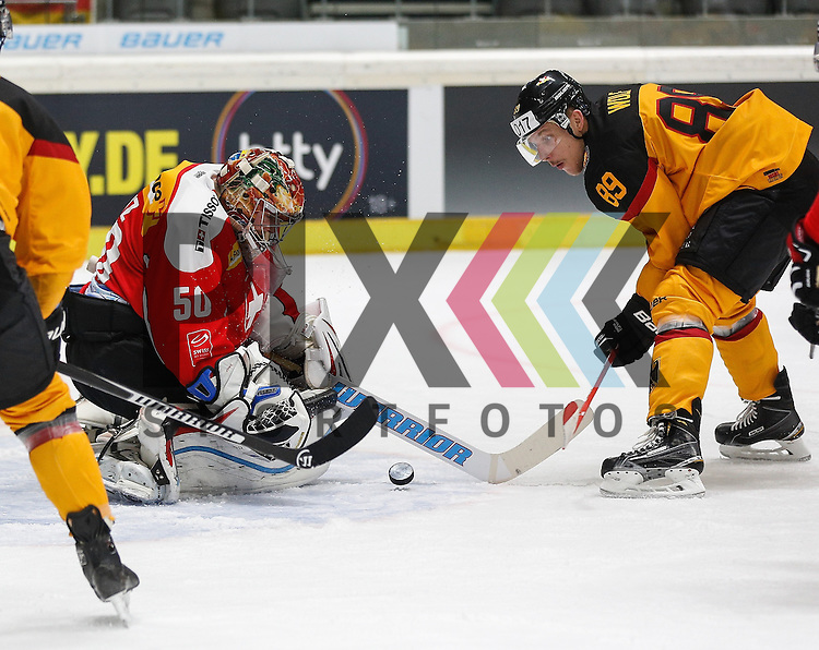 David WOLF (Deutschland), Torchance vor Benjamin CONZ (Torwart SUI), <br /> <br /> Eishockey, Deutschland-Cup 2015, Augsburg, Deutschland vs. Schweiz, 06.11.2015,<br /> <br /> Foto &copy; PIX-Sportfotos *** Foto ist honorarpflichtig! *** Auf Anfrage in hoeherer Qualitaet/Aufloesung. Belegexemplar erbeten. Veroeffentlichung ausschliesslich fuer journalistisch-publizistische Zwecke. For editorial use only.