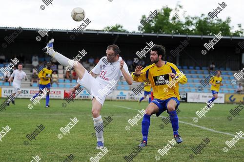 2011-05-08 / Seizoen 2010-2011 / Voetbal / KFCO Wilrijk - KWFC Wuustwezel / Sylvain Naets van Wilrijk is Axel Snoeck van Wuustwezel te snel af..Foto: mpics