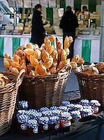 Broodkraam op de zaterdagmarkt op de Nieuwmarkt in Amsterdam