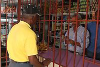 Colmados tras las rejas, debido a la inseguridad y a la delincuencia que hay en este pais, los colmaderos han tenido que poner rejas para protegerse de los delincuentes.Ciudad: Santo Domingo.Fotos: Carmen Suárez/acento.com.do.Fecha: 28/06/2011.