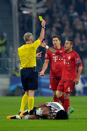 23.02.2016. Turin, Italy. UEFA Champions League football. Juventus versus Bayern Munich.  Robert Lewandowski gets a yellow card after fouling Juan Cuadrado