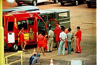 Mergulhadores do corpo de bombeiros aguardam o próximo mergulho para verificar o estado da balsa afundada no porta de Vila do Conde em Barcarena Pará.<br />25/02/2000.<br />Foto Paulo Santos/Interfoto