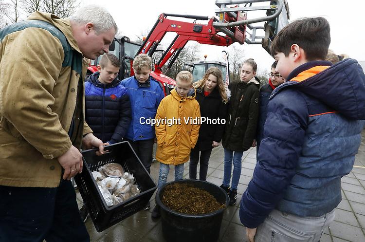 """Foto: VidiPhoto<br /> <br /> WOUDENBERG - Hoeveel eieren legt een kip in zijn leven? Zijn varkens irritant? Hoeveel kilo mest poept een koe? De drie boeren die dinsdag op De Olijfboom (School met de Bijbel) in Woudenberg les geven, weten overal een antwoord op. Met drie zware tractors trokken ze naar een tweetal scholen om 'boerenles' te geven. Na de hectiek van de protesten in Den Haag willen boeren weer terug naar de basis. In de praktijk blijkt namelijk dat basisschoolkinderen weinig kennis hebben over de herkomst van hun voedsel, vertelt initiatiefnemer Elton van Ginkel. Hij hoopt dat deze """"ludieke en unieke actie"""" landelijk vervolg krijgt."""