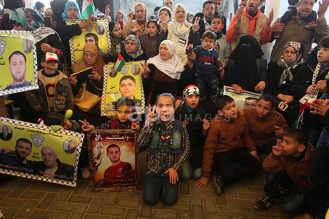 Palestinians take part a protest demanding the release of their relatives prisoners held in Israeli jails, in front of the Red Cross office in Gaza City, on January 26, 2015. Photo by Ashraf Amra