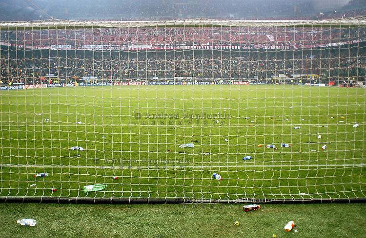 Milano, stadio San Siro. Disordini e lancio di oggetti.