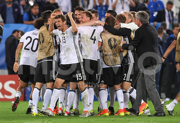 FUSSBALL EURO 2016 VIERTELFINALE IN BORDEAUX Deutschland - Italien      02.07.2016 Jubel nach dem Spielende mit Thomas Mueller (Deutschland)