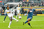 04.11.2018, Stadion im Borussia-Park, Moenchengladbach, GER, 1. FBL, Borussia Moenchengladbach vs. Fortuna Duesseldorf, DFL regulations prohibit any use of photographs as image sequences and/or quasi-video<br /> <br /> im Bild Alassane Plea (#14, Borussia M?nchengladbach / Moenchengladbach)  schiesst den Ball an die Hand von Kaan Ayhan (#5, Fortuna D&uuml;sseldorf / Duesseldorf) <br /> <br /> Foto &copy; nordphoto/Mauelshagen