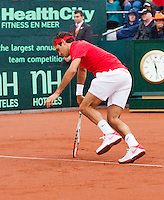 14-09-12, Netherlands, Amsterdam, Tennis, Daviscup Netherlands-Swiss,   Roger Federer slips on the baseline and the match is delayed due to the rain.