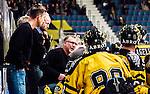 Stockholm 2014-11-16 Ishockey Hockeyallsvenskan AIK - IF Bj&ouml;rkl&ouml;ven :  <br /> AIK:s tr&auml;nare huvudtr&auml;nare Peter Nordstr&ouml;m i aktion med AIK:s spelare under en timeout under matchen mellan AIK och IF Bj&ouml;rkl&ouml;ven <br /> (Foto: Kenta J&ouml;nsson) Nyckelord:  AIK Gnaget Hockeyallsvenskan Allsvenskan Hovet Johanneshov Isstadion Bj&ouml;rkl&ouml;ven L&ouml;ven IFB tr&auml;nare manager coach