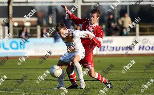 2011-11-20 / Seizoen 2011-2012 / Voetbal / KFC Duffel - Dilbeek Sport / Marijn Steurs van Duffel met Tom Peeters van Dilbeek Sport in de rug..Foto: mpics