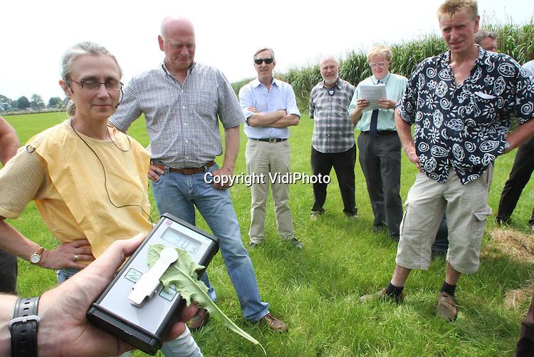 Foto: VidiPhoto..GROESBEEK - Demonstratie donderdag met een spuitmachine van Loonbedrijf Groesbeek uit de gelijknamige Gelderse plaats, tijdens de dag voor boeren over Natuurlijke Grenswateren. Foto: Het meten van de hoeveelheid bestrijdingsmiddelen.