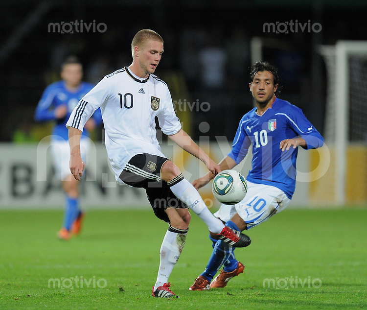 FUSSBALL INTERNATIONAL Laenderspiel U 20   05.10.2011 Deutschland - Italien Florian Trinks (li, Deutschland) am Ball gegen Karim Laribi (Italien)
