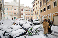 Il centro della città ricoperto di neve. Una fitta nevicata ha imbiancato anche la Capitale dopo aver colpito gran parte dell'Italia provocando seri danni e enormi disagi alla circolazione di tutti i mezzi..A rare snowfall blanketed Rome. Other parts of the country experienced frigid temperatures unseen in years.