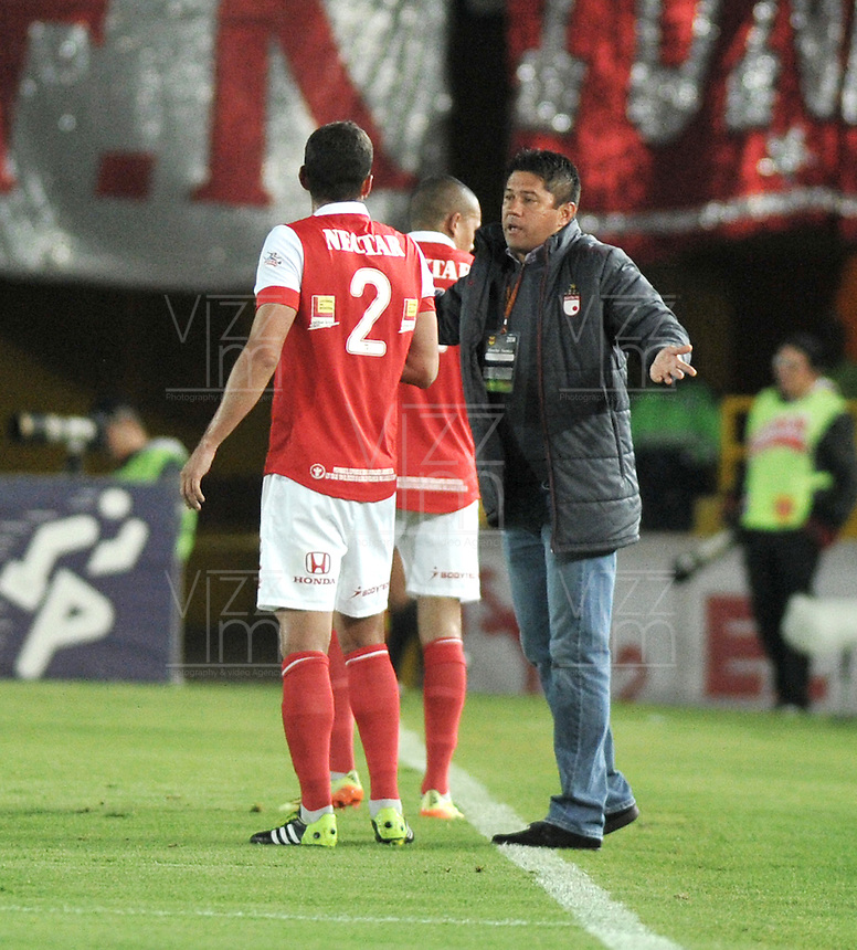 BOGOTA- COLOMBIA -16 -04-2014: Wilson Gutierrez, técnico de Independiente Santa Fe da instrucciones a Jose de la Cuesta jugador, durante partido aplazado entre Independiente Santa Fe y Universidad Autonoma por la fecha 16 entre de la Liga Postobon I 2014, jugado en el estadio Nemesio Camacho El Campin de la ciudad de Bogota.  / Wilson Gutierrez, coach of Independiente Santa Fe gives instructions to Jose de la Cuesta player during a postponed match between Independiente Santa Fe and Universidad Autonoma for the date 16th of the Liga Postobon I 2014 at the Nemesio Camacho El Campin Stadium in Bogota city. Photo: VizzorImage  / Luis Ramirez / Staff.