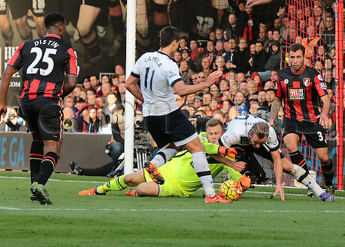25.10.2015. Vitality Stadium, Bournemouth, England. Barclays Premier League. Bournemouth versus Tottenham Hotspur. Bournemouth Goalkeeper Artur Boruc fumbles the ball clear in front a challenging Harry Kane of Tottenham Hotspur