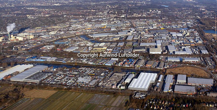 Billbrook: EUROPA, DEUTSCHLAND, HAMBURG, (EUROPE, GERMANY), 06.01.2017 Billbrook. Der Stadtteil Billbrook liegt im Osten von Hamburg und gehört dem Bezirk Hamburg-Mitte an. Er umfasst ein Territorium von circa sechs Quadratkilometern. In Billbrook leben etwa 1.100 Einwohner, 1998 waren es noch über 1.600. Bereits 1395 wurde der Stadtteil, der damals zum Dorf Billwärder gehörte, urkundlich erwähnt. Billbrook bestand einst zum Großteil aus bäuerlichen Betrieben.<br /> Über die Jahrhunderte entstanden Landhäuser für wohlhabende Hamburger Bürger. Zum Teil wurden diese Landhäuser noch im 20. Jahrhundert als Landgasthöfe genutzt. Die ersten Industrieansiedlungen entstanden um 1850. Damit setzte eine zunehmende Verdrängung der Landwirtschaft ein. Im Jahr 1912 wurde Billbrook von Billwerder getrennt und damit ein eigener Stadtteil. Während des Ersten Weltkrieges entstand hier das größte Kraftwerk in Hamburg, das Großkraftwerk Tiefstack. Im Juli 1943 wurde Billbrook durch Fliegerangriffe der Alliierten fast vollständig zerstört.<br /> Der Stadtteil wird begrenzt durch zwei Flüsse, die Elbe und die Bille. Fünf Kanäle schlängeln sich durch Billbrook: Der Tiefstackkanal, der Billbrookkanal, der Tidekanal, der Moorfleetkanal und der Industriekanal, die alle trotz geringem Tiefgangs schiffbar sind. Genutzt wurden sie jedoch hauptsächlich für die Entwässerung des Viertels, denn Billbrook liegt in einem der Sumpfgebiete Hamburgs. Jetzt ist Billbrook ein Zentrum nahes Gewerbe und Industriegebiet der Hansestadt Hamburg