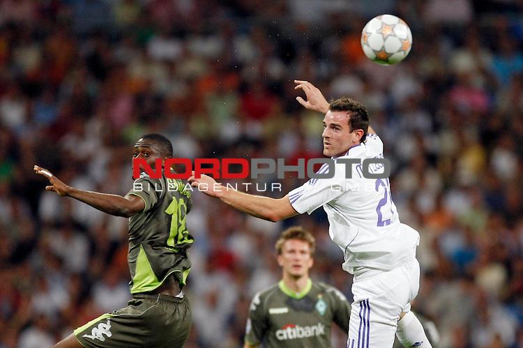 UEFA  Champions League  2007/2008 Gruppe C <br />1. Gruppenspiel - SANTIAGO BERNABEU Stadion Madrid<br /><br />REAL MADRID - WERDER BREMEN <br /><br />Kopfballduell zwischen bre18 und Christioph Metzelder (Madrid GER#21)<br /><br />Foto &copy; nph (  nordphoto  )<br /><br /><br /><br /> *** Local Caption ***
