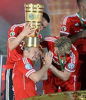 FUSSBALL       DFB POKAL FINALE        SAISON 2012/2013 FC Bayern Muenchen - VfB Stuttgart    01.06.2013 Bayern Muenchen ist Pokalsieger 2013: Hut auf: Arjen Robben bekommt von Diego Contento (li) und Anatoliy Tymoshchuk , Anatoli Timoschtschuk (re) den Pokal aufgesetzt