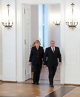 Berlin, Bundeskanzlerin Angela Merkel (CDU) und Bundespr&auml;sident Joachim Gauck gehen am Dienstag (17.12.13) im Schloss Bellevue bei der &Uuml;bergabe der Ernennungsurkunde an die Bundeskanzlerin in den Saal.<br /> Foto: Steffi Loos/CommonLens