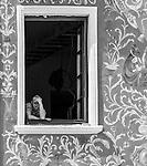 Mężczyzna w oknie na lubelskiej starówce