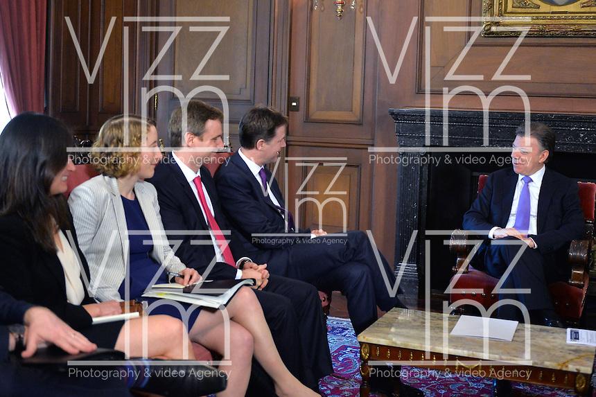 BOGOTÁ - COLOMBIA, 03-02-2014: Juan Manuel Santos (Der), presidente de Colombia, conversa con Nick Clegg (cuarto de Izq a Der) Viceprimer Ministro del Reino Unido, hoy 3 de febrero de 2014, durante  el inicio de su visita oficial en el Palacio de Nariño en Bogotá, Colombia./ Juan Manuel Santos (R), President of Colombia, talks with Nick Clegg (4th from L to R), UK Deputy Prime Minister,  today February 3th, 2014 during the begining of his official visit at Nariño Palace in Bogota, Colombia. Photo: VizzorImage /  Javier Casella - SIG / HANDOUT PICTURE; MANDATORY EDITORIAL USE ONLY/