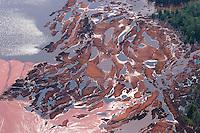 4415/Rotschlamm Deponie:EUROPA, DEUTSCHLAND, NIEDERSACHSEN, 09.06.2005: .Als Abfall fällt bei der Erzeugung von Aluminiumoxid aus Bauxit der sogenannte Rotschlamm an, der zu etwa 40 % aus Wasser und zum anderen aus  Eisen-, Silizium- und Titanverbindungen besteht. .Der Rotschlamm muss  deponiert werden. .Aluminium Herstellung, Deponie, Lager, Lagerung, Fläche der Firma Aluminium Oxid Stade GmbH. Die Deponie befindet sich nordwestlich Stade im Kehdinger Moor. Angrenzen die Ortschaften Buetzflethermoor, Goetzdorfermoor, Stadermoor, Hammah Gross Sternberg, Drochtersen Ritschermoor....Luftaufnahme, Luftbild,  Luftansicht