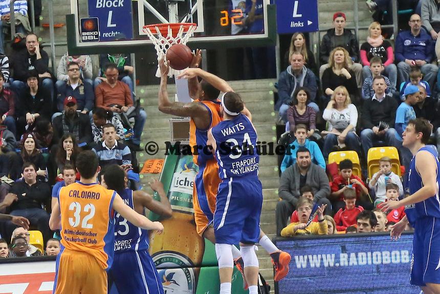 Dane Watts (Skyliners) gegen michael Cuffee (MBC) - Fraport Skyliners vs. Mitteldeutscher BC, Fraport Arena Frankfurt
