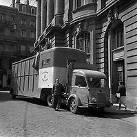 12 Juin 1962. Vue du camion des décors et du chauffeur au théâtre du Capitole.