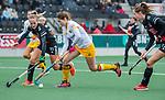 AMSTELVEEN -Marloes Keetels (DenBosch)  met Felice Albers (Adam)  en links Lauren Stam (Adam)    tijdens de hoofdklasse hockeywedstrijd dames,  Amsterdam-Den Bosch (1-1).    COPYRIGHT KOEN SUYK