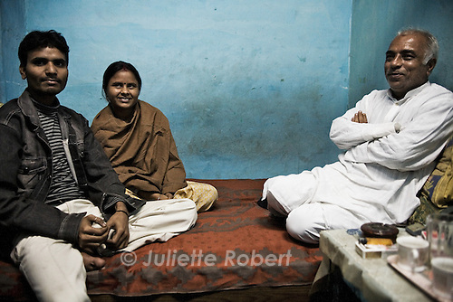 Sanjay et Aarti, r&eacute;cemment mari&eacute;s, se sont r&eacute;fugi&eacute;s trois mois dans l'abri de Pahar Ganj. Ici avec Sanjay Sachdev, le fondateur des Love Commandos<br /> <br /> Sanjay and Aarti, recently married, have spent three months in the shelter in Pahar Ganj. Aarti has been sold three times by her mother, prior to the escape with her fiance. Tonight, they'll take a train to a secret destination to start their new life.