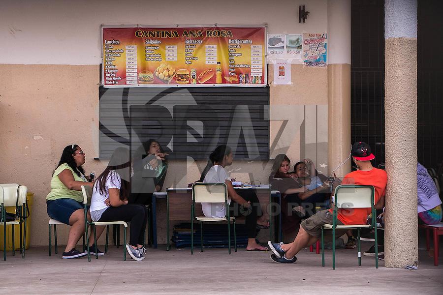 SÃO PAULO, SP, 14.11.2015  OCUPAÇÃO ESCOLA - Estudantes ocupam a escola estadual Dona Ana Rosa de Araújo, na zona oeste de São Paulo, contra o o plano de reestruturação do ensino e fechamento de escolas proposto pelo governo Geraldo Alckmin (PSDB). (Foto: Victor Abex/Brazil Photo Press)