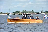 SKUTSJESILEN: GROU: SKS skûtsjesilen, Friese Sporten, 24-07-2010, Fryslân, commissiebootje Skûtsje Kommisje Grou, ©foto Martin de Jong