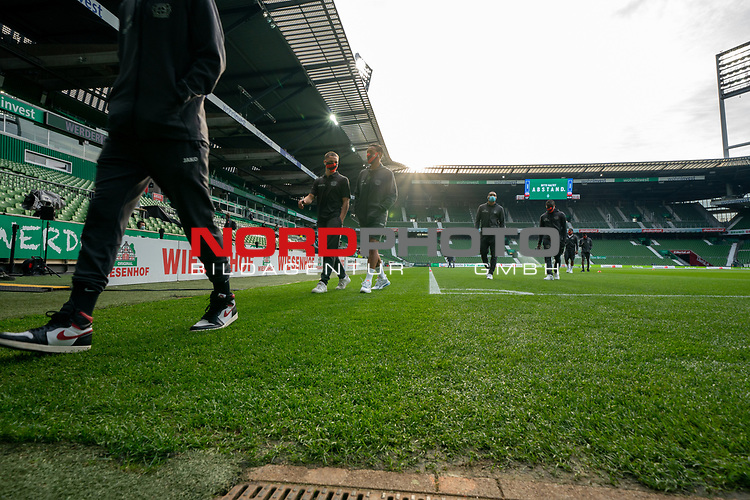 Spieler von Leverkusen gehen vom Platz<br /> <br /> Sport: Fussball: 1. Bundesliga: Saison 19/20: <br /> 26. Spieltag: SV Werder Bremen vs Bayer 04 Leverkusen, 18.05.2020<br /> <br /> Foto ©  gumzmedia / Nordphoto / Andreas Gumz / POOL <br /> <br /> Nur für journalistische Zwecke! Only for editorial use!<br />  DFL regulations prohibit any use of photographs as image sequences and/or quasi-video.