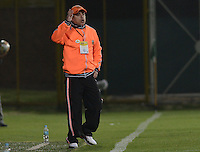 BOGOTÁ -COLOMBIA, 11-02-2015. Juan Carlos Sanchez técnico de Envigado FC gesticula durante partido contra La Equidad por la fecha 3 de la Liga Águila I 2015 jugado en el estadio Metropolitano de Techo de la ciudad de Bogotá./ Juan Carlos Sanchez coach of Envigado FC gestures during match against La Equidad for the third date of the Aguila League I 2015 played at Metropolitano de Techo stadium in Bogota city. Photo: VizzorImage/ Gabriel Aponte / Staff