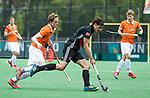 BLOEMENDAAL   - Hockey -  3e en beslissende  wedstrijd halve finale Play Offs heren. Bloemendaal-Amsterdam (0-3). Boris Burkhardt (A'dam) met Tim Jenniskens (Bldaal).   Amsterdam plaats zich voor de finale.  COPYRIGHT KOEN SUYK