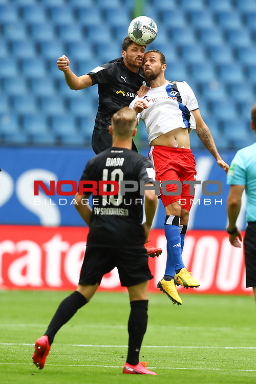 Hamburgs Martin Harnik und Sandhausens Tim Kister beim Spiel Hamburger SV gegen den  SV Sandhausen in Hamburg / 280620<br />