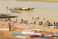 "Westafrika Mali Fluss Niger bei Mopti , Waschfrauen - Wasser  | .Africa Mali river Niger at Mopti .| [ copyright (c) Joerg Boethling / agenda , Veroeffentlichung nur gegen Honorar und Belegexemplar an / publication only with royalties and copy to:  agenda PG   Rothestr. 66   Germany D-22765 Hamburg   ph. ++49 40 391 907 14   e-mail: boethling@agenda-fototext.de   www.agenda-fototext.de   Bank: Hamburger Sparkasse  BLZ 200 505 50  Kto. 1281 120 178   IBAN: DE96 2005 0550 1281 1201 78   BIC: ""HASPDEHH"" ,  WEITERE MOTIVE ZU DIESEM THEMA SIND VORHANDEN!! MORE PICTURES ON THIS SUBJECT AVAILABLE!! ] [#0,26,121#]"
