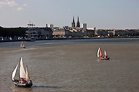 Europe/France/Aquitaine/33/Gironde/Bordeaux: Les quais du Port de la Lune , Notre-Dame  des Chatrons et le Belem pour la Fête du Fleuve