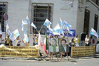 Roma, 14 Agosto 2012.Presidio davanti all'ambasciata degli Stati Uniti d'America per chiedere all'ONU e agli USA di prevenire l'annunciata tragedia umanitaria nel campo di Ashraf in Iraq dove sono rinchiusi circa 3400 dissidenti iraniani.