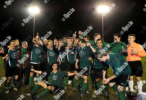 2011-04-01 / voetbal / seizoen 2010-2011 / Berendrecht-Borsbeek / Borsbeek viert de overwinning en de mogelijke titel..Foto: Mpics