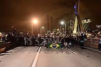 SAO PAULO, SP, 17 de junho 2013-Manifestantes contra o aumento das passagem ocupa a Ponte Estaiada sentido Marginal Pinheiros    ADRIANO LIMA / BRAZIL PHOTO PRESS).