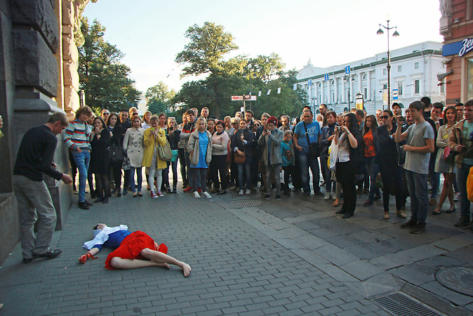 Performance der Aktionsk&uuml;nstlerin Kado gegen den Kurs der russ. Regierung in St. Petersburg am 05.09.2014 <br />
