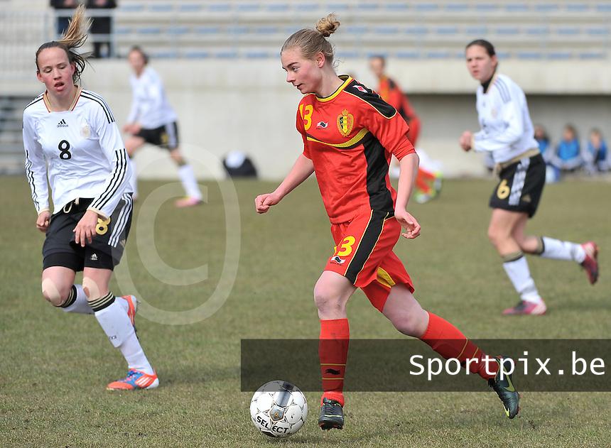 Belgie U17 - Duitsland U17 : Margaux Van Ackere aan de bal voor Saskia Meier.foto DAVID CATRY / Vrouwenteam.be
