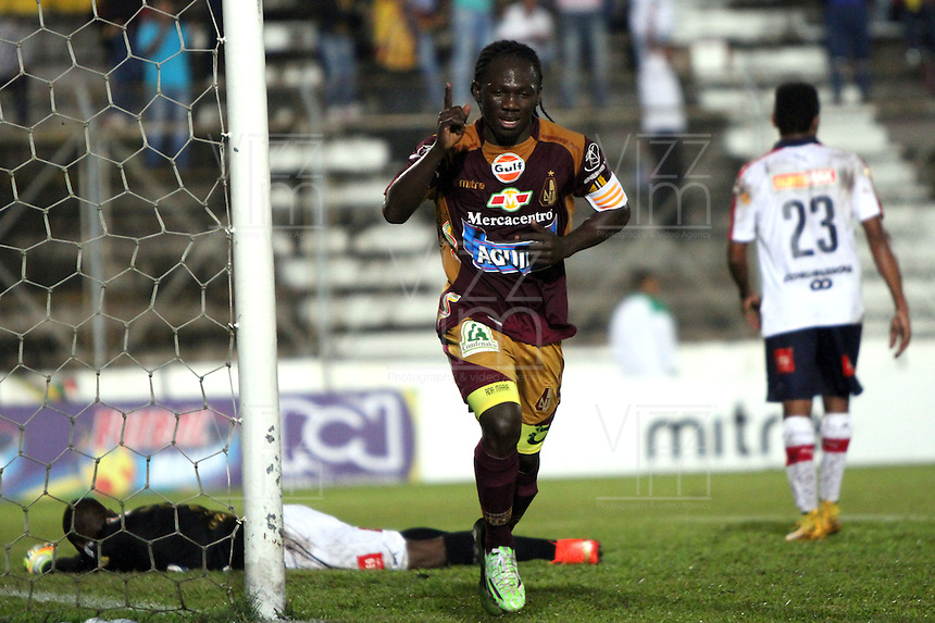 IBAGUE -COLOMBIA,20-NOVIEMBRE-2014. Yimmi Chara   del Deportes Tolima   celebra su gol contra el Independiente Medellin  . Partido por la 2 fecha de los cuadrangulares semifinales  de la Liga Postobón 2014- II , jugado en el estadio Manuel  Murillo Toro de la ciudad de Ibague./ Yimmi Chara of Deportes Tolima celebrates his goal  agaisnt of  Independiente Medellin .  Match for the 2th date time in the semifinals homers Postobón II League 2014, played at the Manuel Murillo Toro stadium in Ibague city.Photo / VizzorImage / Felipe Caicedo  / Staff