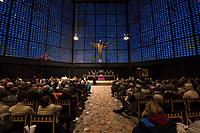 """Friedenslicht von Bethlehem kommt als Zeichen gegen Terror und Gewalt nach Berlin.<br /> Die Kaiser-Wilhelm-Gedaechtnis-Kirchengemeinde empfing am dritten Adventssonntag das Friedenslicht von Bethlehem. Mehr als 500 Pfadfinderinnen und Pfadfinder brachten das Licht in die Kirche, wo es mit einem oekumenischen Gottesdienst empfangen wurde. Die Gedaechtniskirche wurde von den Pfadfinderverbaenden als Ort fuer die Uebergabe des Lichtes ausgewaehlt, um kurz vor dem Jahrestag des Anschlags auf dem Breitscheidplatz ein Zeichen gegen Terror und Gewalt zu setzen. <br /> Das Licht wird bei den Gedenkandachten und -veranstaltungen am 19. Dezember 2017, dem Jahrestag des Anschlags, als Quelle aller Kerzenflammen, z.B. auch bei der Lichterkette am Abend dienen.<br /> Das Friedenslicht ist eine Initiative des Oesterreichischen Rundfunks (ORF). Es wird seit 1986 in der Geburtsgrotte Jesu in Bethlehem von einem Kind entzuendet und nach Wien gebracht. Als Symbol fuer den Wunsch nach Frieden und der Sehnsucht nach einer gerechten und solidarischen Welt tragen Pfadfinderinnen und Pfadfinder das Licht am dritten Advent in ihre Heimatlaender. In Deutschland steht die diesjaehrige Friedenslichtaktion unter dem Motto: """"Auf dem Weg zum Frieden"""".<br /> In der Kaiser-Wilhelm-Gedaechtnis-Kirche wird das Friedenslicht bis zum Ende der Weihnachtszeit in einer Leuchte an einem zentralen Ort brennen. An der Flamme kann jeder eine Kerze entzuenden und das Licht auf diese Weise an andere Menschen weitergeben – beispielsweise in Kirchengemeinden oder Schulen.<br /> Im Bild: <br /> 17.12.2017, Berlin<br /> Copyright: Christian-Ditsch.de<br /> [Inhaltsveraendernde Manipulation des Fotos nur nach ausdruecklicher Genehmigung des Fotografen. Vereinbarungen ueber Abtretung von Persoenlichkeitsrechten/Model Release der abgebildeten Person/Personen liegen nicht vor. NO MODEL RELEASE! Nur fuer Redaktionelle Zwecke. Don't publish without copyright Christian-Ditsch.de, Veroeffentlichung nur mit Fotografennenn"""