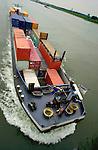 RIDDERKERK - Binnenvaartschip geladen met containers vaart op de rivier. COPYRIGHT TON BORSBOOM