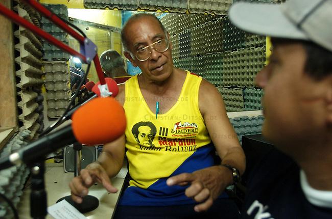Basis- und Gemeinde-Radio &quot;Radio Libre - Negro Primero&quot; im Armenviertel Pinto Salinas in Caracas. Der Sender ist Montag bis Freitag 12 Stunden und am Wochenende 24 Stunden im Stadtteil zu hoeren.<br /> 7.11.2004, Caracas / Venezuela<br /> Copyright: Christian-Ditsch.de<br /> [Inhaltsveraendernde Manipulation des Fotos nur nach ausdruecklicher Genehmigung des Fotografen. Vereinbarungen ueber Abtretung von Persoenlichkeitsrechten/Model Release der abgebildeten Person/Personen liegen nicht vor. NO MODEL RELEASE! Nur fuer Redaktionelle Zwecke. Don't publish without copyright Christian-Ditsch.de, Veroeffentlichung nur mit Fotografennennung, sowie gegen Honorar, MwSt. und Beleg. Konto: I N G - D i B a, IBAN DE58500105175400192269, BIC INGDDEFFXXX, Kontakt: post@christian-ditsch.de<br /> Bei der Bearbeitung der Dateiinformationen darf die Urheberkennzeichnung in den EXIF- und  IPTC-Daten nicht entfernt werden, diese sind in digitalen Medien nach &sect;95c UrhG rechtlich geschuetzt. Der Urhebervermerk wird gemaess &sect;13 UrhG verlangt.]