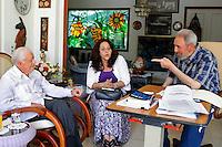 """HAB305. LA HABANA (CUBA), 31/03/2011.- El expresidente cubano Fidel Castro (d) habla con el exmandatario estadounidense Jimmy Carter (i) este miércoles 30 de marzo de 2011, en La Habana (Cuba). Castro elogió hoy, jueves 31 de marzo de 2011, a Carter, al que considera un amigo y el único presidente de Estados Unidos que tuvo """"suficiente serenidad y valor para abordar el tema de las relaciones con Cuba"""". EFE/Alex Castro/CUBADEBATE/SOLO USO EDITORIAL/NO VENTAS"""