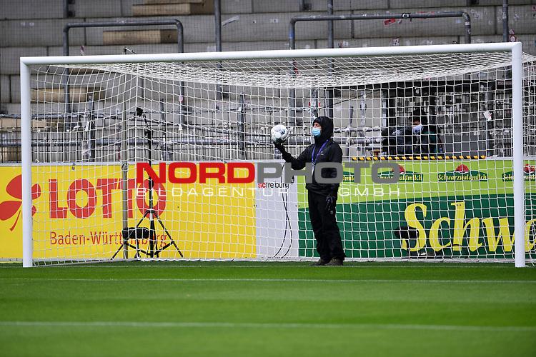 FussballFussball: agnph001:  1. Bundesliga Saison 2019/2020 27. Spieltag 23.05.2020<br />SC Freiburg - SV Werder Bremen<br />Ein Techniker der Hawk-Eye Torlinientechnologie; Er synchronisiert die Kameras fŸr den Videoschiedsrichter in Koeln.<br />FOTO: Markus Ulmer/Pressefoto Ulmer/ /Pool/gumzmedia/nordphoto<br /><br />Nur fŸr journalistische Zwecke! Only for editorial use! <br />No commercial usage!