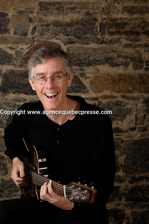Exclusive photo of guitarist Tim Brady<br /> Photo (c) 2004, Pierre Roussel / Images Distribution